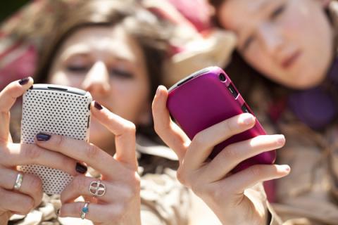 girls-texting