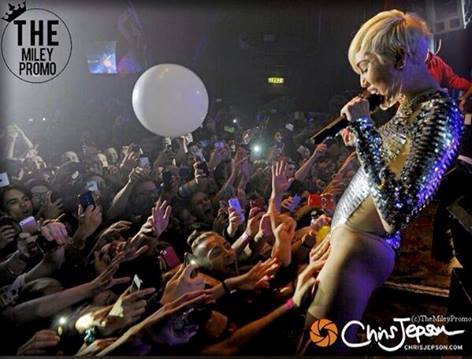 Miley cyrus lets fans touch